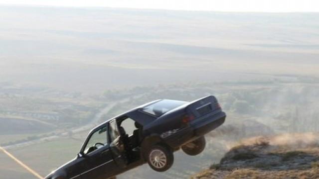 «На машине с обрыва». «Машина в пропасть»