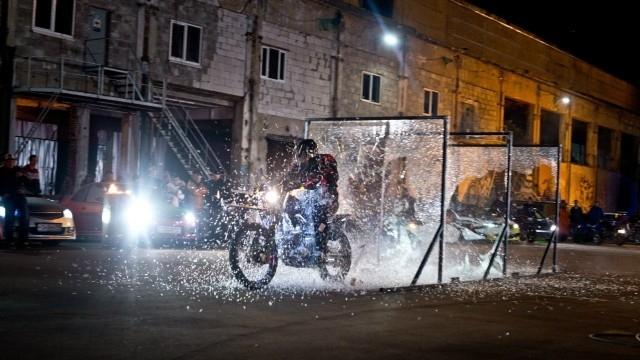 «Мотоцикл сквозь стёкла»